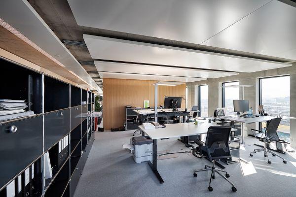 Ein Büro mit mehreren Schreibtischen.