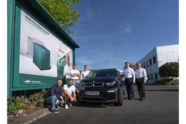 SenerTec Team der Wave Trophy Rallye an ihrem Auto.