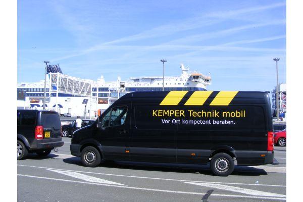 """Die rollende """"Werkstatt"""" vor der Überfahrt von Calais nach Dover."""