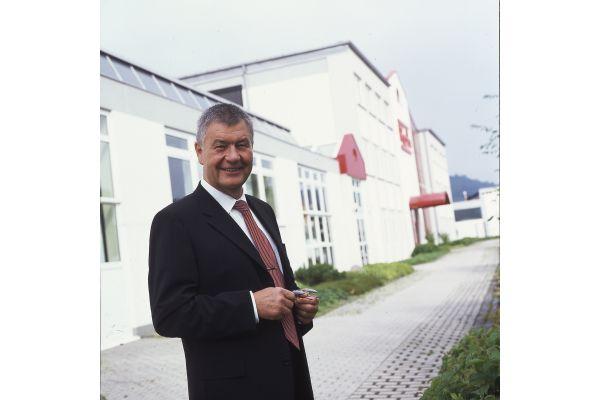 Ein Mann steht vor einem Gebäude.