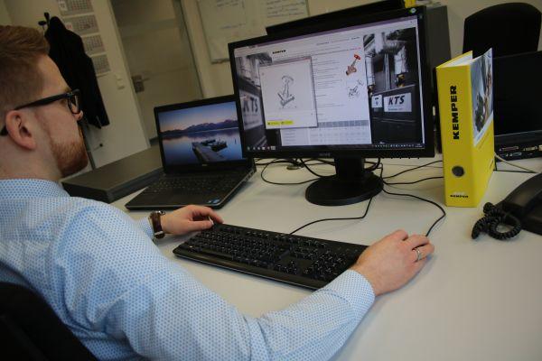 Das Bild zeigt einen Mann am PC.