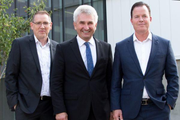 Das Bild zeigt Georg Weber, Prof. Andreas Pinkwart und Oliver Hermes.