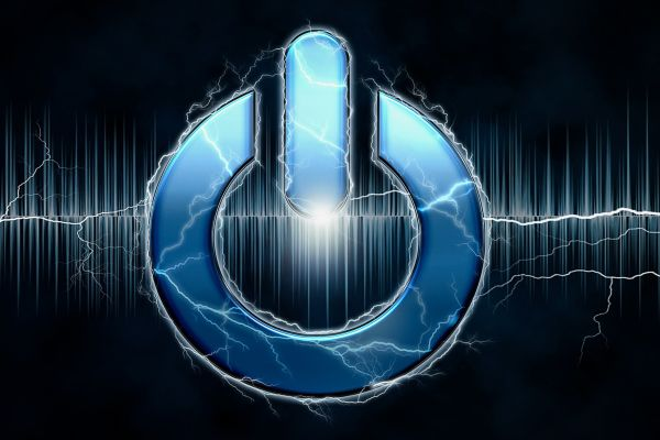 Power-Button auf blauem Hintergrund mit Lichtblitzen.