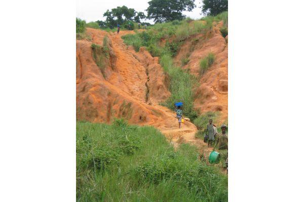 Vor allem in Afrika südlich der Sahara ist die täglich Versorgung mit Wasser ein mühseliges Geschäft.