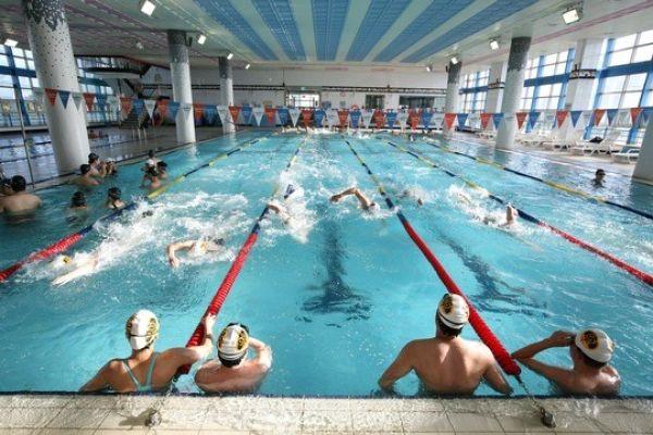 Das Bild zeigt ein Schwimmbad.