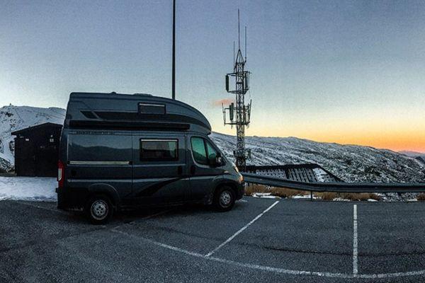 Ein Camper auf einem Parkplatz in der Sierra Nevada.