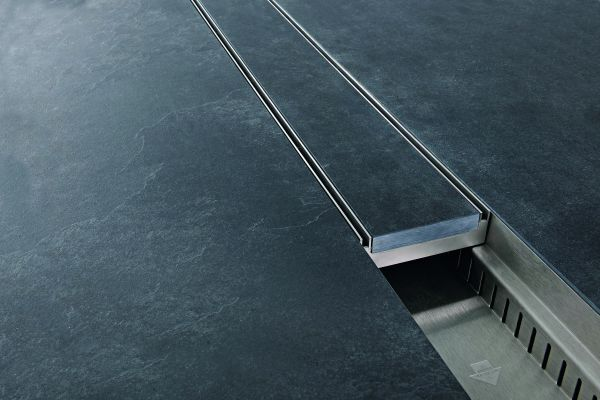 Das Bild zeigt einen Detailausschnitt des Doppelschlitzrostes von Richard Brink.