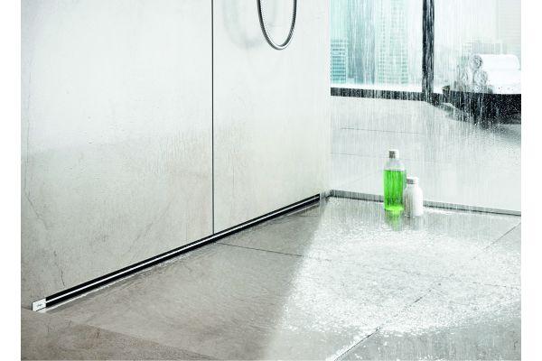 Das Bild zeigt einen Duschbereich, der mit der Duschrinne