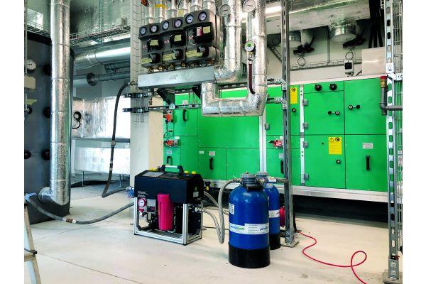 Zwei Wärmepumpen in einem Heiztechnikraum.