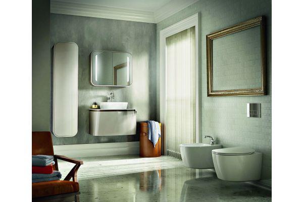 Das Bild zeigt ein Badezimmer, das mit der