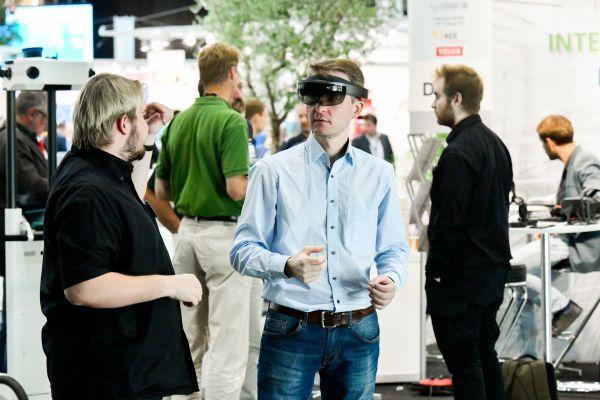 Ein Mann mit einer VR-Brille.