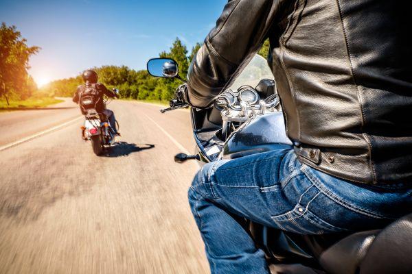 Das Bild zeigt Biker beim Cruisen.