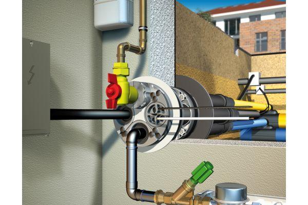 Braucht nur eine Öffnung in der Gebäudehülle: Diese runde Mehrsparten-Hauseinführung durch die Kellerwand verhindert zuverlässig das Eindringen von Wasser und Gasen.