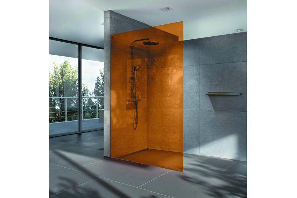 """""""Air Colours"""" setzt ungewöhnliche Farbakzente und verwandelt die zurückhaltende Duschwand in ein auffälliges Designobjekt."""