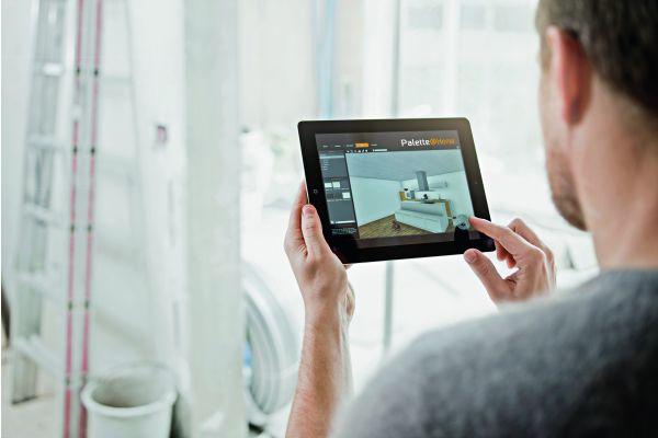 Das Bild zeigt einen Mann mit Tablet in der Hand.