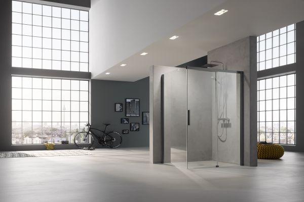 Eine Duschkabine in einem großen Raum.