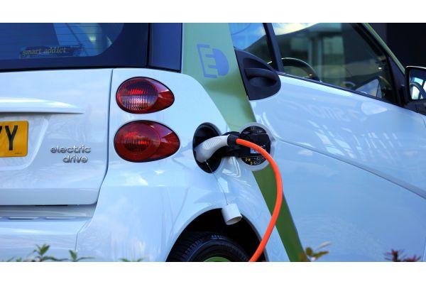 Das Bild zeigt ein E-Auto, das elektrische betankt wird.