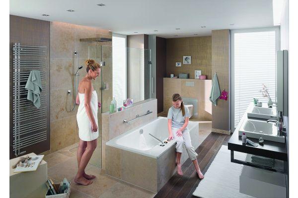 Das Bild zeigt eine Frau zwischen Duschwand und Badewanne.