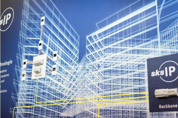 Bildmontage mit Konstruktionszeichnung eines Gebäudes und mehreren Komponenten eines Smart Buildings.