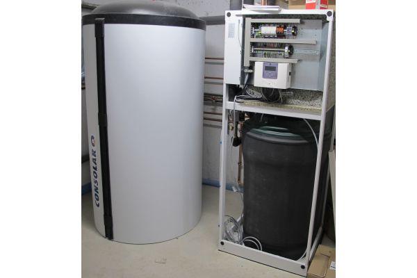 Kombispeicher, Wärmepumpe und Eisspeicher in einem Technikraum.