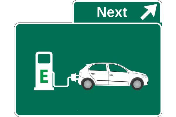 Zeichnung eines an eine Ladesäule angeschlossenen E-Autos.