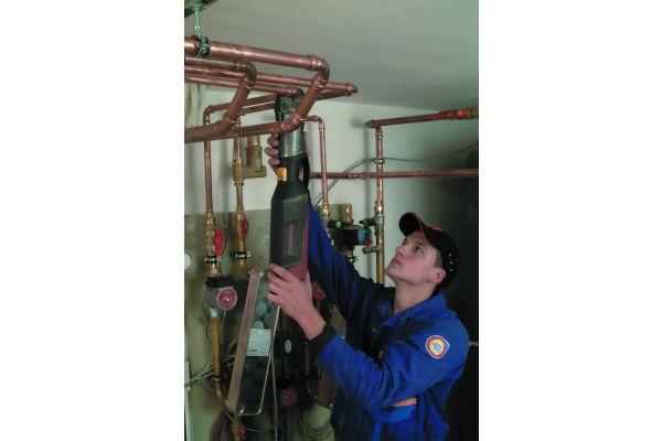Dichtheitsprüfungen von Rohrleitungs-Installationen sind ein Muss auf jeder Baustelle. Erleichtert werden diese Arbeiten durch entsprechende Rohrleitungssysteme, hier Kupferrohr, mit Pressverbindern, die eine Zwangsundichtheit im unverpressten Zustand haben.