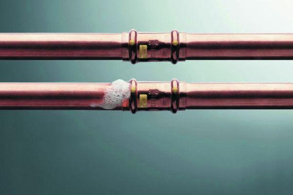 Viele Pressverbinder, wie bei dieser Kupferrohr-Gasinstallation, eignen sich für die trockene Dichtheitsprüfung mit Luft oder Inertgas.