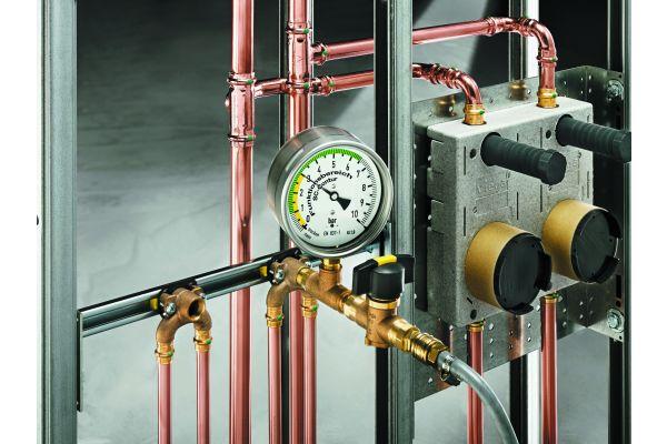 """Bei Dichtheitsprüfungen an Trinkwasser-Installationen ist besonders sauberes Arbeiten gefragt: Idealerweise wird mit Inertgas """"abgedrückt""""."""