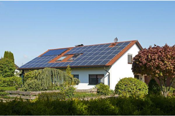 Ein Eigenheim mit einer Photovoltaik-Anlage auf dem Dach.