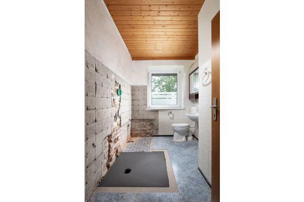 Installation des Kermi Duschplatzes mit Punktablauf senkrecht anstelle der Badewanne.