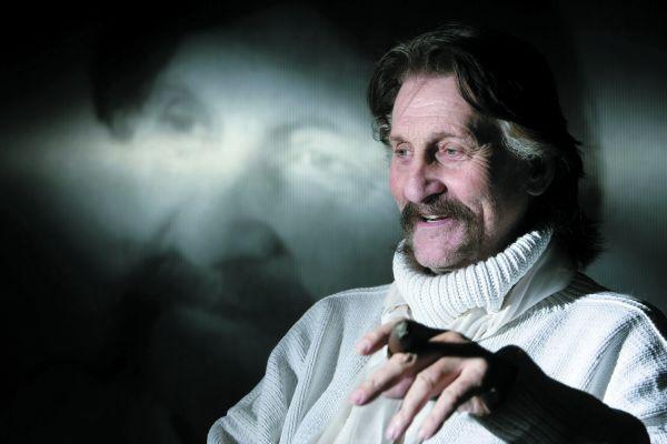 Luigi Colani wurde am 2. August 1928 in Berlin geboren. Er studierte Bildhauerei und Malerei an der Berliner Kunstakademie und später Aerodynamik und Ultraleichtbau an der École polytechnique in Paris. Für namhafte Hersteller designte Colani Autos und Rennwagen, aber auch Möbel, Geschirr, Kameras und Kleidung. Berühmt wurde er durch seine unverwechselbare Formensprache, die seine Kenntnisse in Aerodynamik und Ergonomie mit seiner Liebe zu organischen, biomorphen Designs vereinte.