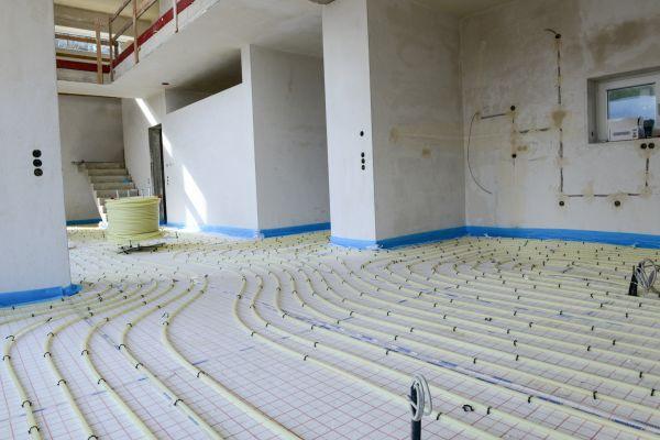 Die Verlegung einer Fußbodenheizung.