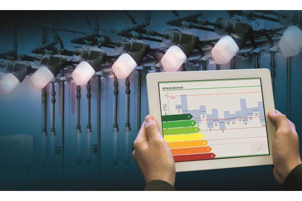 Zwei Händen halten ein Tablet mit Energieeffizienzangaben.