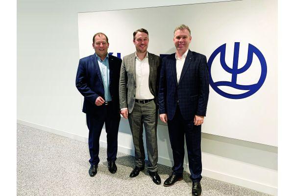 Das Bild zeigt Axel Stoiber (l.), Florian Schindler (r.) und Sebastian Biener.
