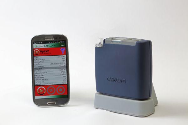 Eine Luftnahmepumpe neben einem Smartphone.