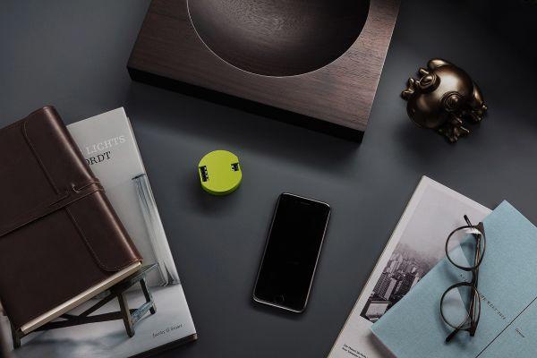 Steuerungsmodul für das frogblue Smart Home-System auf einem Schreibtisch.