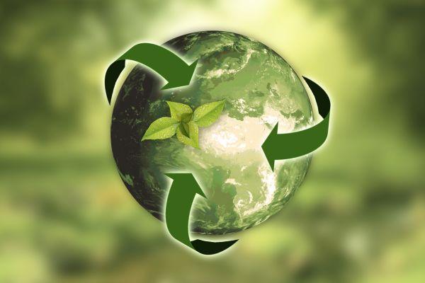 Eine grüne Erdkugel, darum sind drei grüne Pfeile geschwungen.