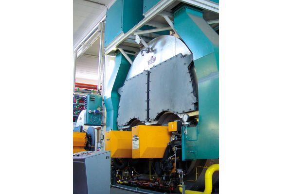 Eine Fabrikhalle mit großen Maschinen.