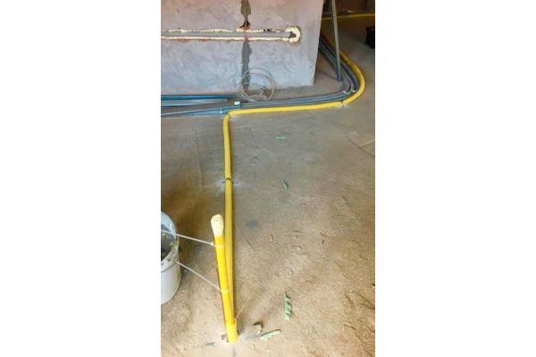 Verlegung von Edelstahlwellrohren auf einem Boden.