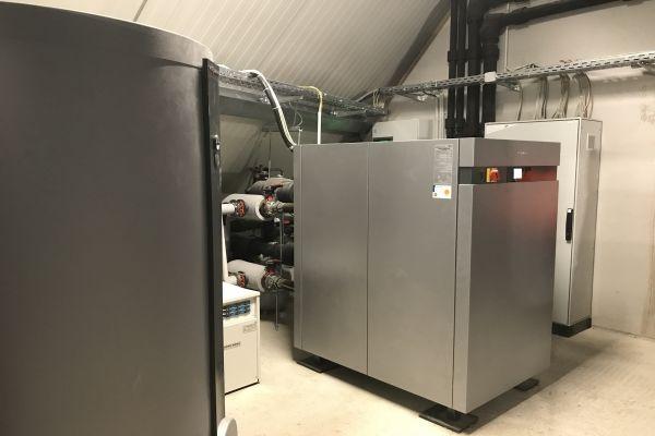 Eine Großwärmepumpe in einem Heiztechnikraum.