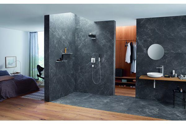 Ein Badezimmer mit bodengleicher Dusche.