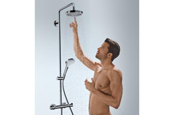 """Das Bild zeigte die Brausestange der Serie  """"Croma Select S"""" von Hansgrohe. Zu sehen ist außerdem ein Mann, der mit seinem Finger die Kopfbrause berührt, aus der das Wasser fließt."""
