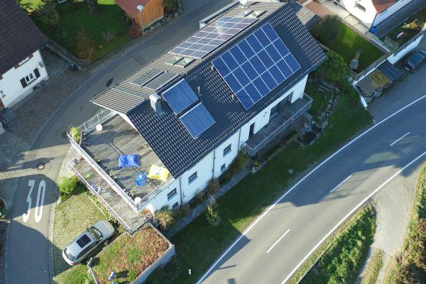 Ein Haus mit einer Solarthermieanlage auf dem Dach von oben.