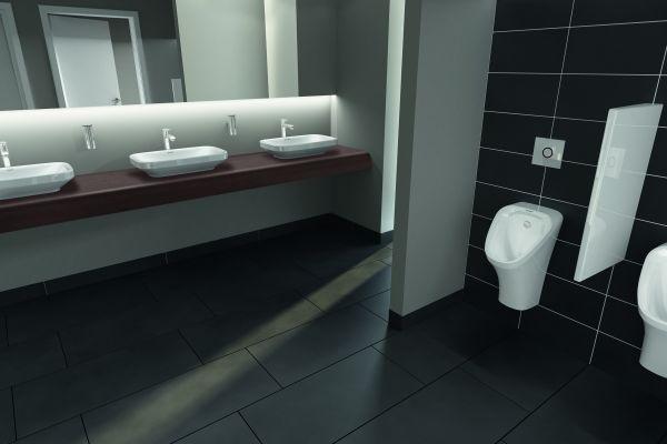 Das Bild zeigt einen Ausschnitt eines Sanitärraumes, der mit weißen Keramiken (Waschbecken und Urinale) aus der Serie