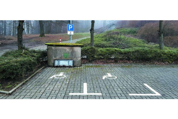 Traurige Wirklichkeit schon auf dem Weg zum barrierefreien Wohnen: In der Theorie sind zwei Behindertenparkplätze ausgewiesen. In der Praxis passt auf den linken, exakt 2 (!!) Meter schmalen dank Streugut-Box nur noch der Rollator…
