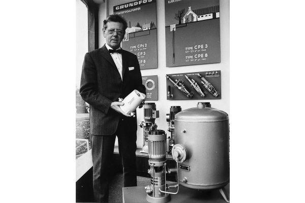 Ein Mann steht neben einem Wasserversorgungssystem.