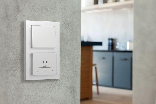 Zwei weiße Schalter an einer Wand.