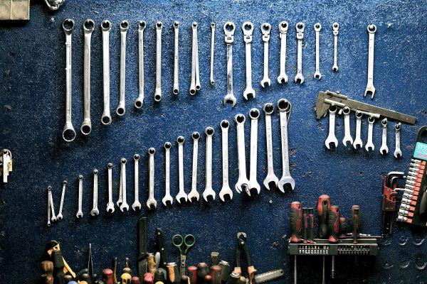 Eine Wand hängt voller Schraubenschlüssel.