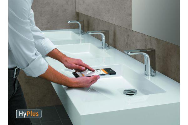 WimTec REMOTE kommuniziert über das Infrarot-Modul mit allen Wasserabgabestellen im Netz- und Batteriebetrieb.