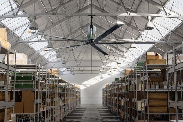 Eine Lagerhalle mit gefüllten Regalen.